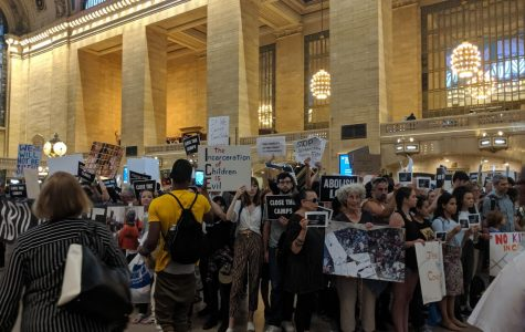 Protest against ICE in Grand Central attracts tourists, Trump counter-protestors; Metro North delays result