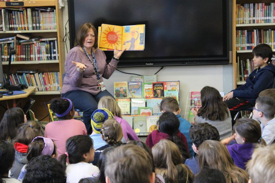 Dr.+Maria+Thompson%2C+director+of+humanities%2C+reads+to+students+at+Siwanoy+School.+